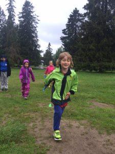 Elever som løper. Privat barneskole i Oslo. Demokratisk barneskole i Oslo. Skole for nysgjerrighet, lærelyst og livsglede.